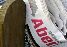 Сложенная газета зажатая между пикетчиками деревянной загородки Стоковое фото RF