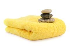 сложенная спа облицовывает желтый цвет полотенца Стоковое фото RF
