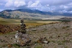 Сложенные камни в ряд против фона гор Стоковые Изображения RF