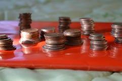 Сложенный стог монеток в красной папке Стоковое Изображение RF