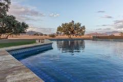 Сложите обозревать вместе пустыню, деревья и горы Namib вышесказанного Sossuvlei стоковое изображение