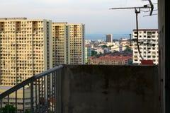 Сложные здания выровнянные с антенной телевидения раньше и морем стоковая фотография