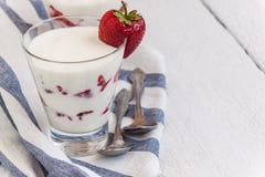 Слои югурта и клубники десерта в стекле на голубой нашивке Стоковая Фотография RF