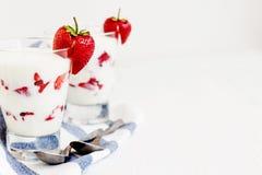 Слои югурта и клубники десерта в стекле на голубой нашивке Стоковая Фотография