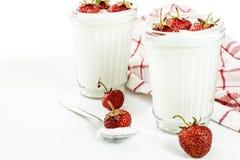 Слои югурта и клубники десерта в striped стекле на красной Стоковое Фото