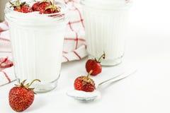 Слои югурта и клубники десерта в striped стекле на красной Стоковая Фотография