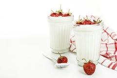 Слои югурта и клубники десерта в striped стекле на красной Стоковые Фотографии RF