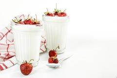 Слои югурта и клубники десерта в striped стекле на красной Стоковые Изображения