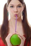 слойка зеленого цвета девушки питья коктеила яблока Стоковое фото RF
