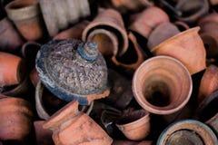 Сломанная керамика в плите ждать повторно использует стоковое изображение
