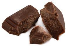 Сломанные части шоколада изолированные на белой предпосылке стоковые фото
