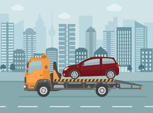Сломанный автомобиль на эвакуаторе, на предпосылке города иллюстрация штока