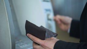 Сломанный банкомат, клиент имея проблему с обслуживаниями читателя карточки видеоматериал