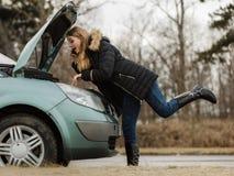 Сломанный вниз с автомобиля, женщина вызывая к кто-нибудь Стоковые Изображения