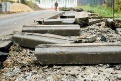 Сломанный свежо выкопал вверх старые уличные бордюры с частями асфальта и земли лежа на дороге в Москве стоковое фото rf