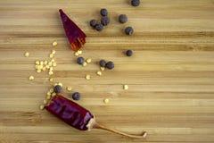 Сломанный стручок горячего красного перца, allspice стоковое изображение