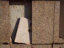 Сломленная зернистая мраморная каменная стена плитки, выравнивая солнечный свет Стоковая Фотография RF