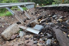 Сломленная и поврежденная дорога стоковое изображение rf