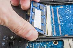Сломленная компьтер-книжка, отказ материнской платы, жесткий диск, проблемы оборудования, подпорка информации Стоковые Изображения RF
