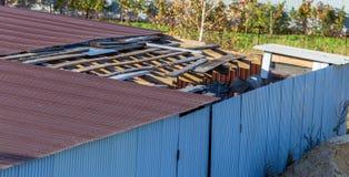 Сломленная крыша на доме стоковые фото