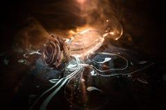 Сломленная рюмка и вянуть подняла на темную предпосылку Вянуть роза знаменует потерянную влюбленность, развод, или плохое отношен стоковые изображения