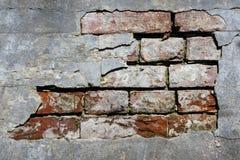 Сломленная стена кирпичей с острой текстурой стоковые фотографии rf
