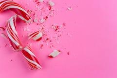 Сломленная тросточка конфеты на розовой предпосылке r стоковая фотография rf