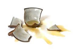сломленная чашка вниз стоковое изображение