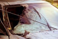 Сломленное лобовое стекло в автомобильной катастрофе стоковая фотография rf