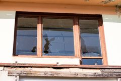 Сломленное окно в старом покинутом здании Сломленное стекло на th Стоковые Фото