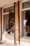 Сломленное окно в старом покинутом здании Сломленное стекло на th Стоковая Фотография RF