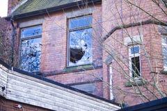 Сломленное окно в старом покинутом здании Сломленное стекло на th Стоковое Изображение RF