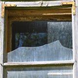 Сломленное окно от покинутого дома стоковые фотографии rf