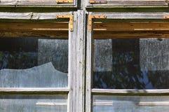 Сломленное окно от покинутого дома стоковая фотография rf