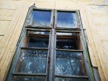 Сломленное окно от покинутого дома стоковое фото rf