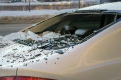 сломленное окно похищения автомобиля поврежденный автомобиль от падая льда стоковые фотографии rf