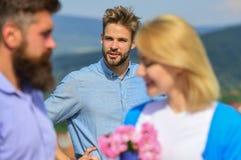 сломленное сердце принципиальной схемы Любовники встречая внешние отношения романс flirt Пары в датировка влюбленности счастливом стоковая фотография rf
