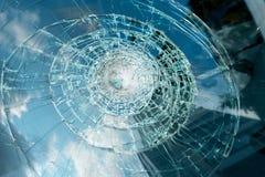 Сломленное стекло автомобиля после аварии Стоковое Фото