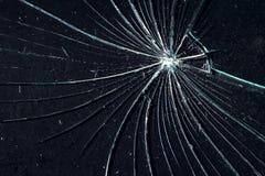 Сломленное стекло на черной треснутой предпосылке стоковые фотографии rf