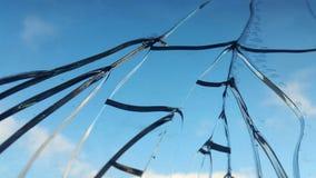 Сломленное стекло против неба сломленное окно Стоковое Изображение