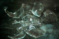 Сломленное стекло против серой предпосылки, концепции опасности Стоковое Изображение RF