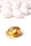 сломленное яичко золотистое Стоковые Изображения RF
