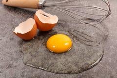 сломленное яичко стоковое фото rf