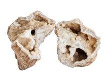 Сломленное geode с друзой кристаллов кальцита внутрь на белой предпосылке Стоковое Изображение