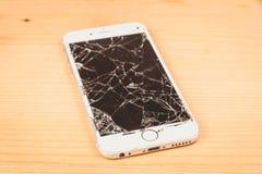 Сломленное iPhone 6S превратилось компанией Яблоком Inc стоковая фотография