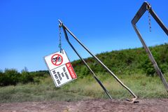 Сломленные лестница и предупредительный знак стоковые фотографии rf
