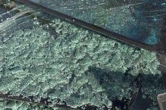 Сломленные лобовые стекла автомобилей на частях Селективный фокус стоковые изображения rf