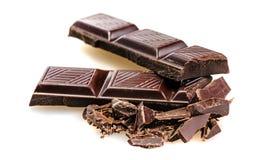 Сломленные ломти бара темного шоколада стоковая фотография