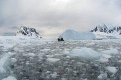 Сломленные льдед и шлюпка Стоковое фото RF