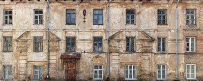 Сломленные окна и стена в старом не жилом доме который w Стоковые Изображения